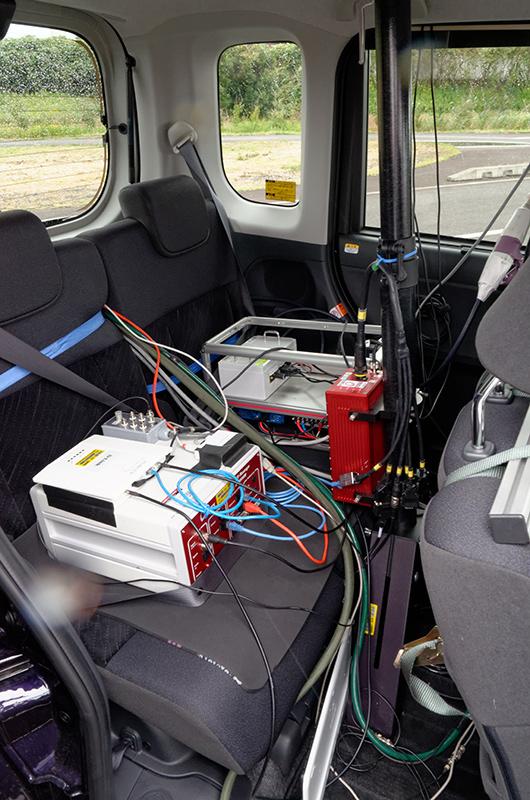 後部座席には制御装置が積載されていた