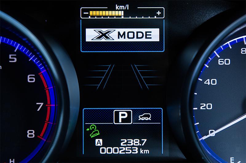 アウトバックのみ「X-MODE」を搭載。オン時はマルチインフォメーションディスプレイにも表示される