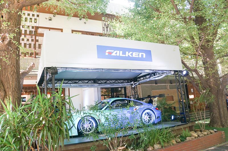 FALKEN Cafe Aoyamaの入り口付近にはニュルブルクリンク24時間レースを走った車両のレプリカが展示されている