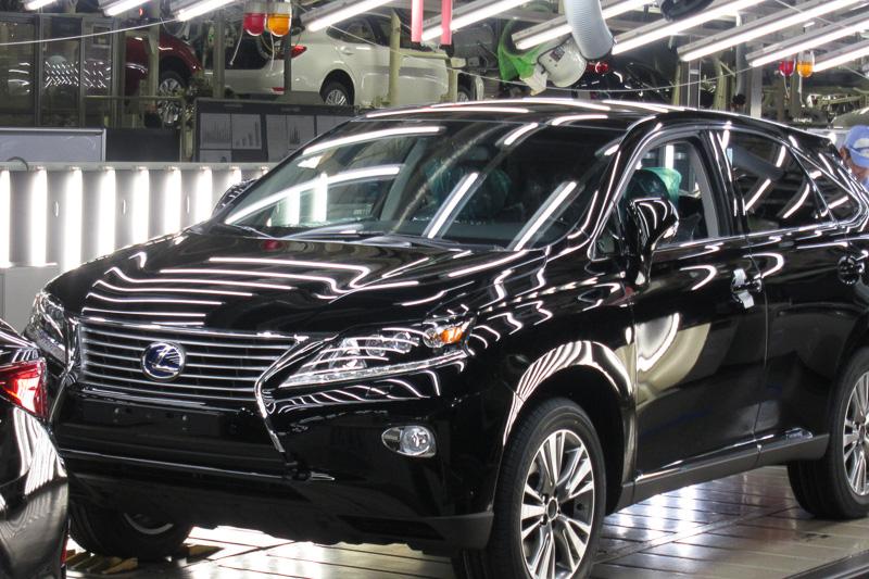トヨタ自動車九州 宮田工場のラインを流れるレクサス RX。宮田工場は、世界最高峰の生産品質を誇る工場としてもの作りを行っている