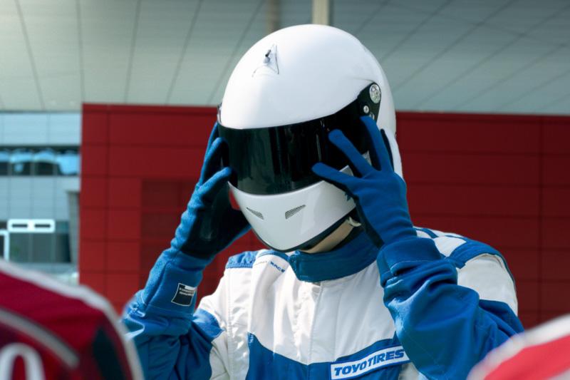 ACミランの4選手と熱い勝負を繰り広げたアウディ R8のドライバーとは!?