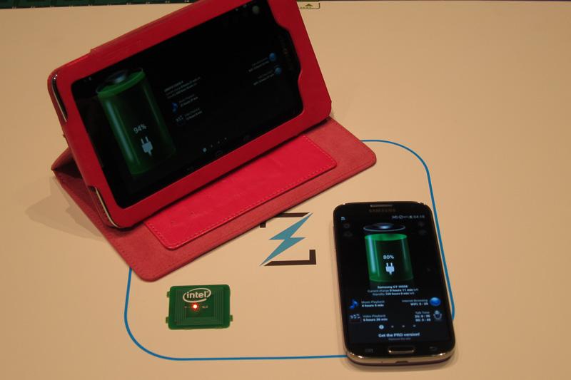 Alliance for Wireless Power(A4WP)のデモ。Qi(チー)と異なりムービングコイルを使わず、給電できる範囲も広い。その代わり給電ピークは若干低く、今後ワイヤレス給電のスタンダードの座をQiと競っていく