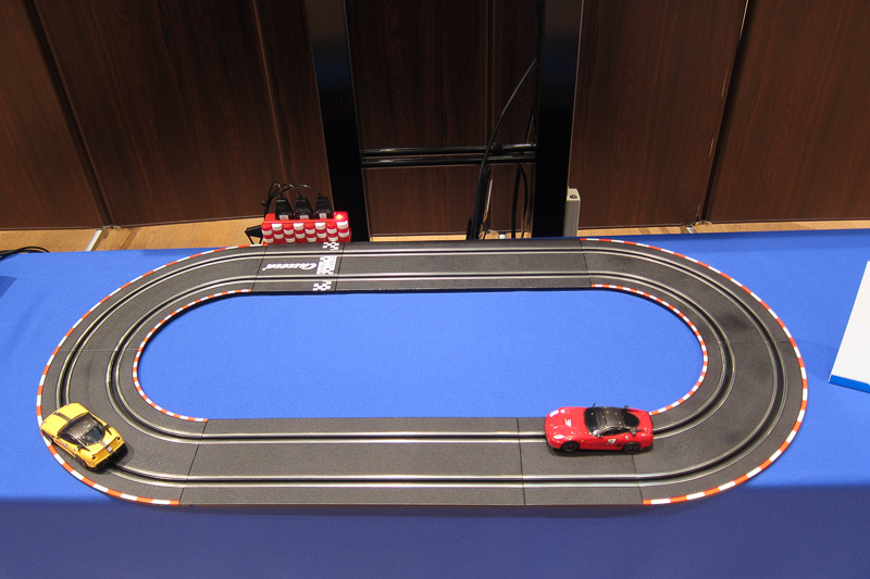 「コネクテッド・カーでのセキュリティ」デモに使われていた、スロットレーシングカー。アクセルはボリュームで制御するので、現代のクルマと同じような仕組みと言ってよいかも