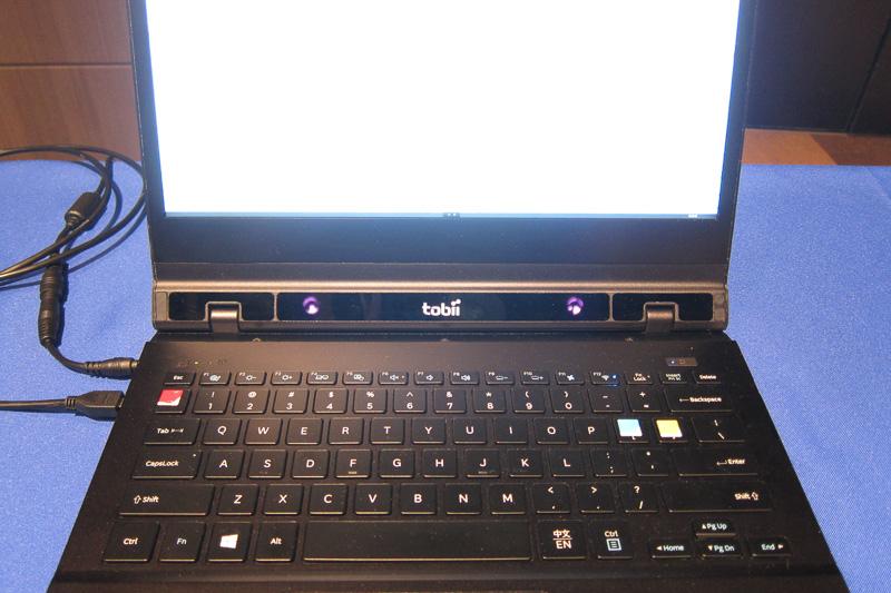 キーボード上部にある2つの赤外線照射ユニット(デジタルカメラのため紫に写っている)が瞳の動きを捕捉。スクロールや、注視することでの選択アクションが行えた