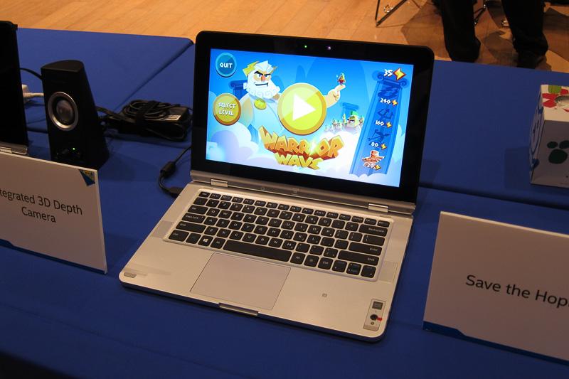 インテル RealSense 3Dカメラの入ったノートPC