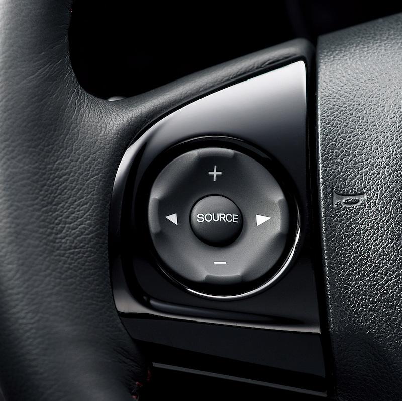 ナビ装着用スペシャルパッケージに含まれるマイクロアンテナ(写真上段左)、リアワイドカメラ(写真上段右)、リア2スピーカー(写真下段左)、照明付オーディオリモートコントロールスイッチ(写真下段右)