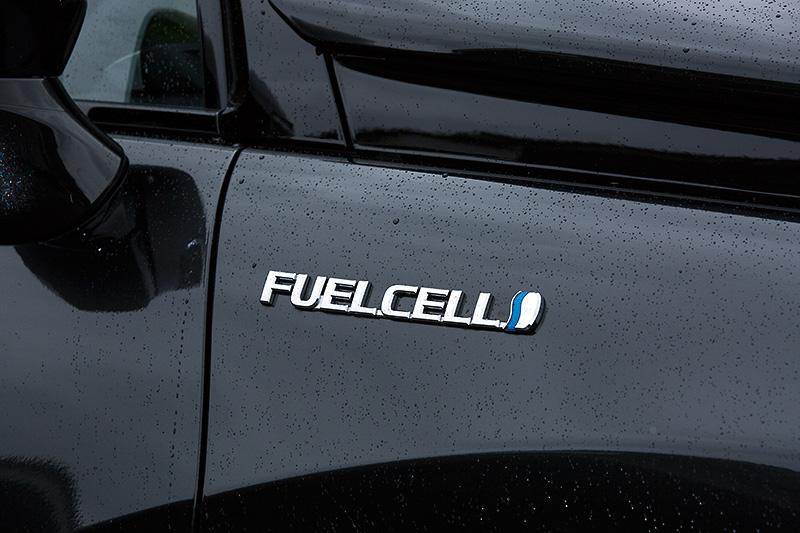 フロントフェンダーに「FUELCELL」バッヂが付き、燃料電池車であることをアピール