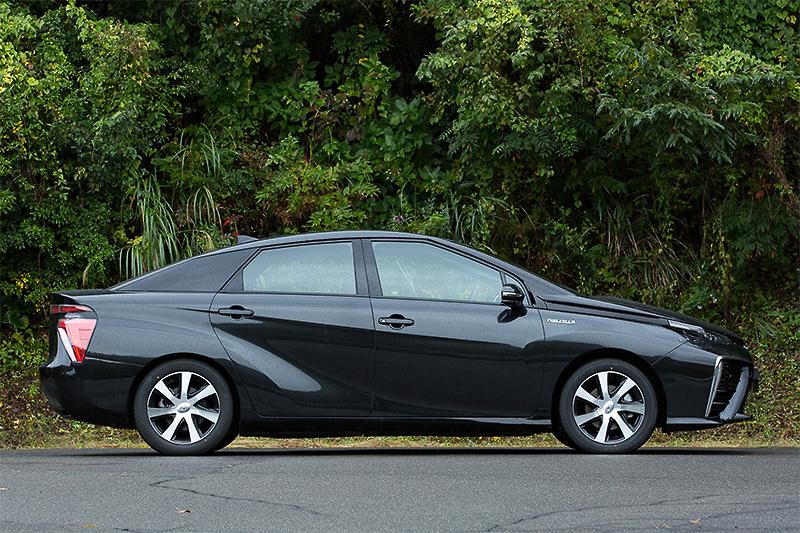 ミライのボディーサイズは4890×1815×1535mm(全長×全幅×全高)、ホイールベース2780mm。4名乗車仕様で車重は1850kgとなっている。1グレードのみの展開で、価格は723万6000円