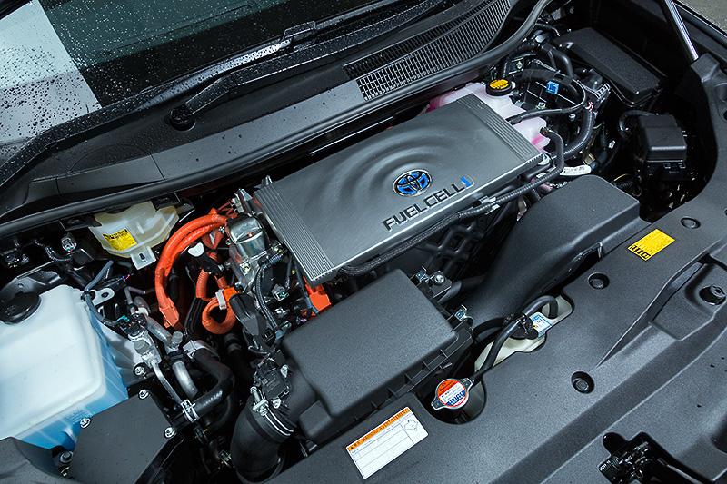 ボンネットフード下に、インバーターやコンバーターなどで構成されるパワーコントロールユニットやモーターを設置