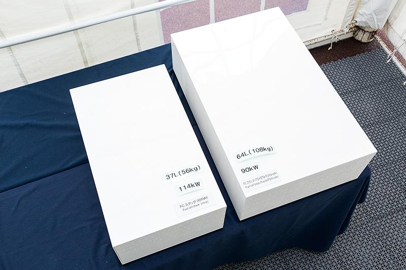 複数の燃料電池セルを積層して電池容量を高めた燃料電池スタック(FCスタック)のサイズ比較イメージ。左がミライ、右が2008年に発売した「トヨタFCHV-adv」に搭載するFCスタックを表しており、トヨタFCHV-advが重量108kg/最高出力90kWだったのに対し、ミライは56kgまで軽量化されるとともに、出力を114kWまで引き上げている