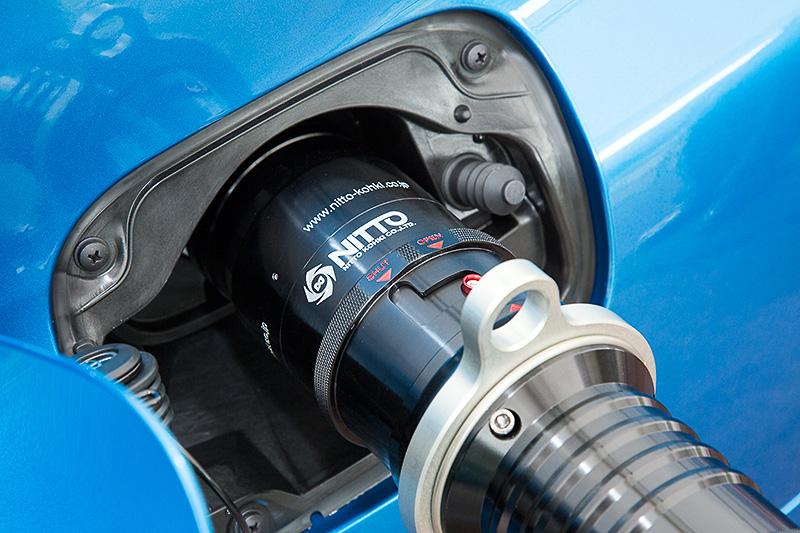 水素は3分程度で満充填が可能で、一充填走行距離はおよそ650kmと発表されている。ちなみに充填作業は水素ステーションのスタッフのみが行える