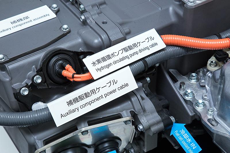 FC昇圧コンバーターとFCスタックユニット。手前のFC昇圧コンバーターが車両前方側