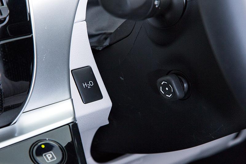 ステアリング左側の「H2O」ボタンを押すことで、水素と酸素の化学反応時にできる水を強制的に排出することができる。タワーパーキング式の駐車場を利用する際、駐車前に排出しておくことで他の車両に迷惑をかけない仕組み