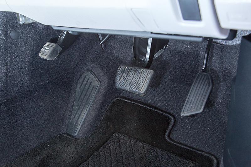 吊り下げ式のアクセル/ブレーキペダル。サイドブレーキも足踏み式だ