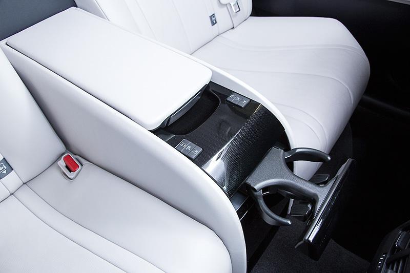 後席は2人分の座席を用意。後席にもシートヒーター機能が付く