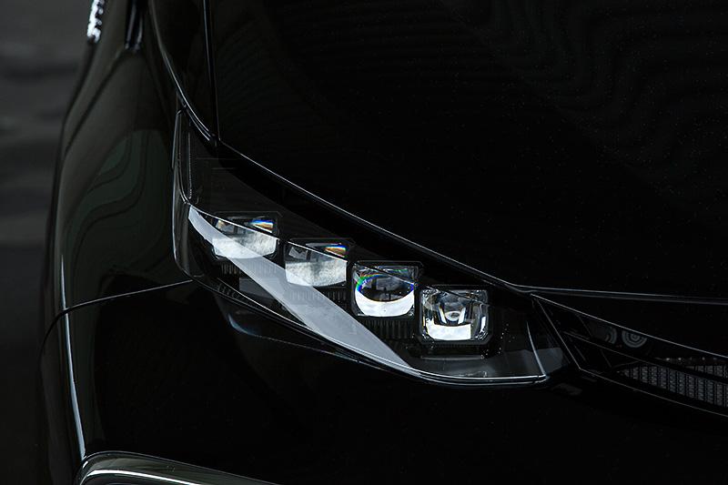 4灯式LEDヘッドランプを標準装備
