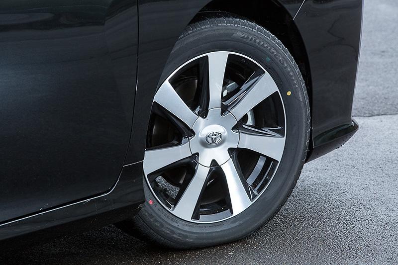アルミホイールは、軽量化を目的としたエングレ加工を施した17インチアルミホイールを装備。タイヤサイズは215/55 R17