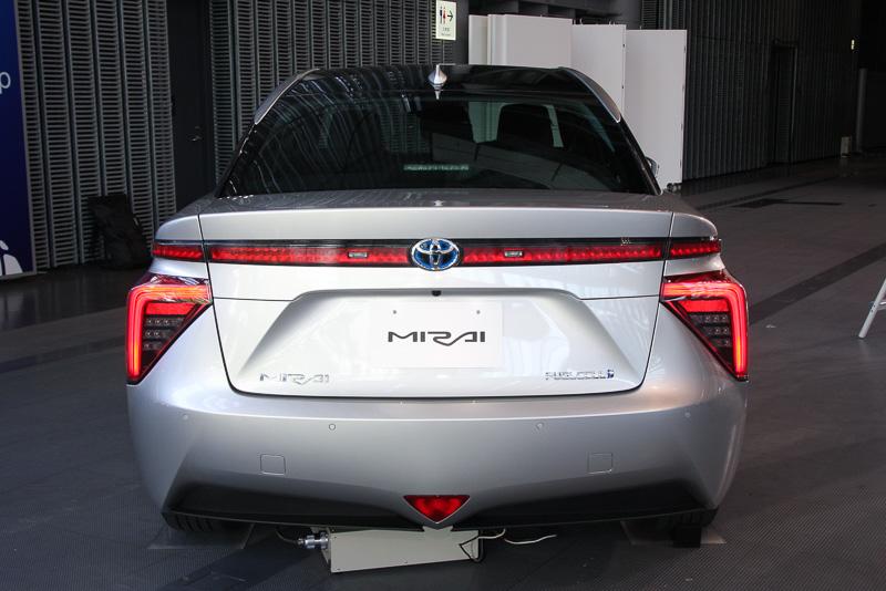 タンクに貯えた水素と空気中の酸素で発電して走行する燃料電池車(FCV)の「ミライ」