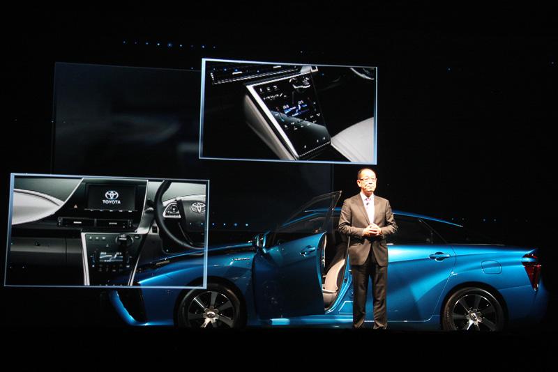 ミライの内装デザインについて解説する田中氏。この発表会では透過型スクリーンが利用され、なにもない空間に突然写真や映像が浮き上がるような演出でミライの先進性を強調した
