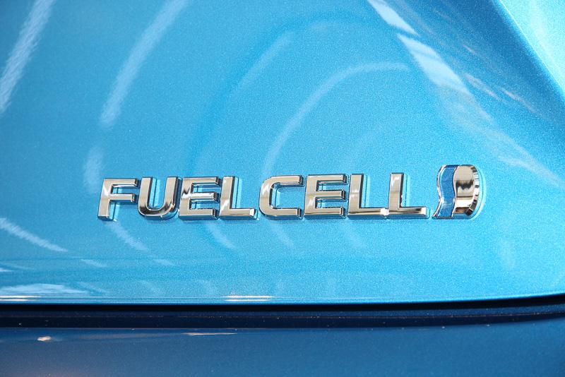 トランクリッドの運転席側には「FUELCELL」のバッヂを装着