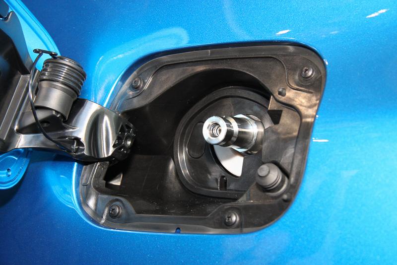 水素の充填口は助手席側のリアタイヤフェンダーに設定