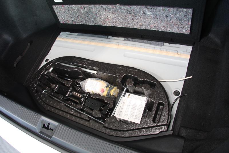 近くに高圧水素タンクなどが配置されるため少し複雑な形状になっているトランクだが、9.5インチゴルフバッグを3個収納できるスペースを確保。フロアボードの下にジャッキやパンク修理キットなどを収納する