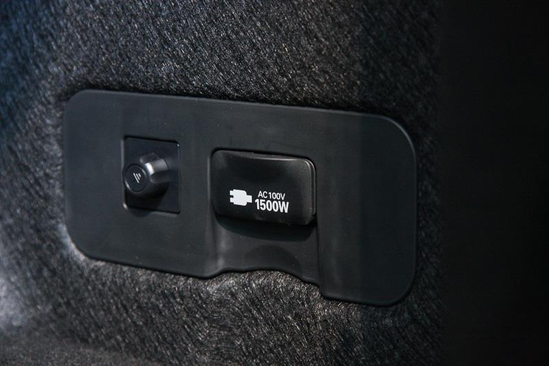 トランク内の運転席側に補機類用のバッテリーを搭載。その上側にはAC100V・1500Wのアクセサリーコンセントを用意する
