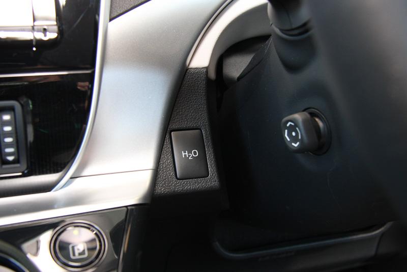 田中主査いち押しの装備である「ウォーターリリース機能」のスイッチはステアリング左側に設置