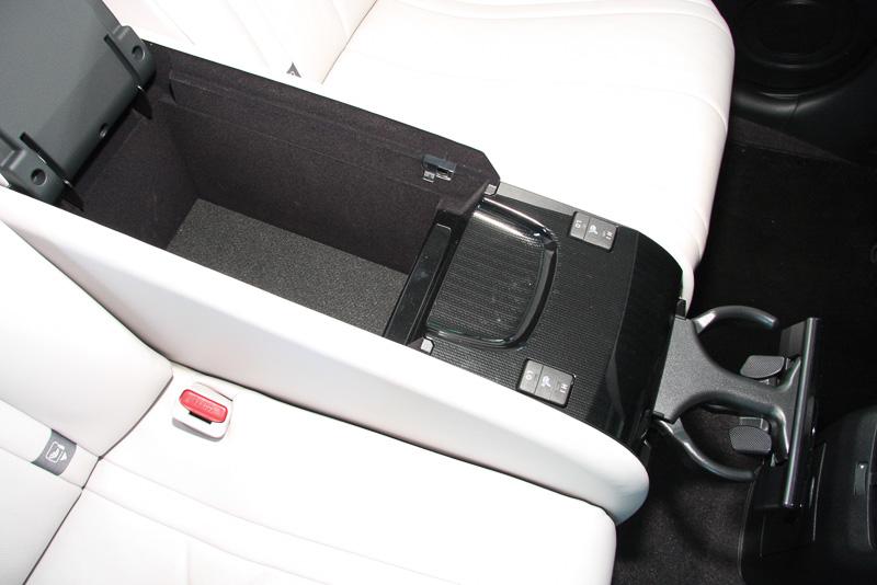 リアシートのシート間に用意されたアームレストには、深い収納スペースと格納式ドリンクホルダーに加え、シートヒーターの操作スイッチを設定