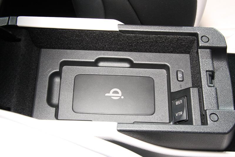 フロントシートのアームレストにはqi(チー)規格対応のワイヤレス充電器を用意