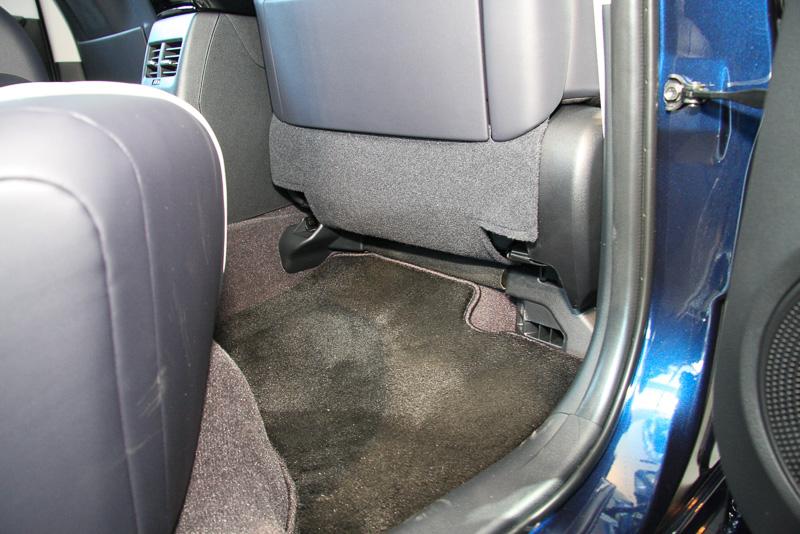 フロントシートの下にトヨタFCスタックを設置しているため、リアシートで足先を入れるスペースは存在しない