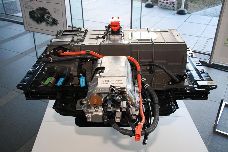 「トヨタフューエルセルシステム(TFCS)」について紹介するミライのカットモデル