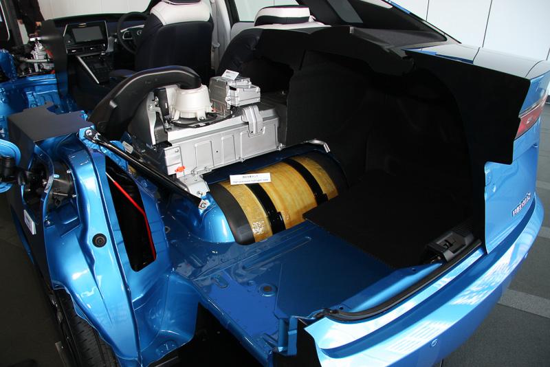 高圧水素タンクはリアシート下とトランク下の2個所に設置