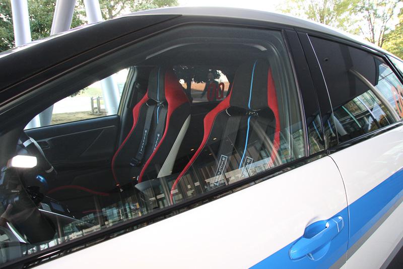 オフロード走行に対応するため、フロント部に金属製のフロアガードを追加し、バケットシートや4点式シートベルトなども採用している