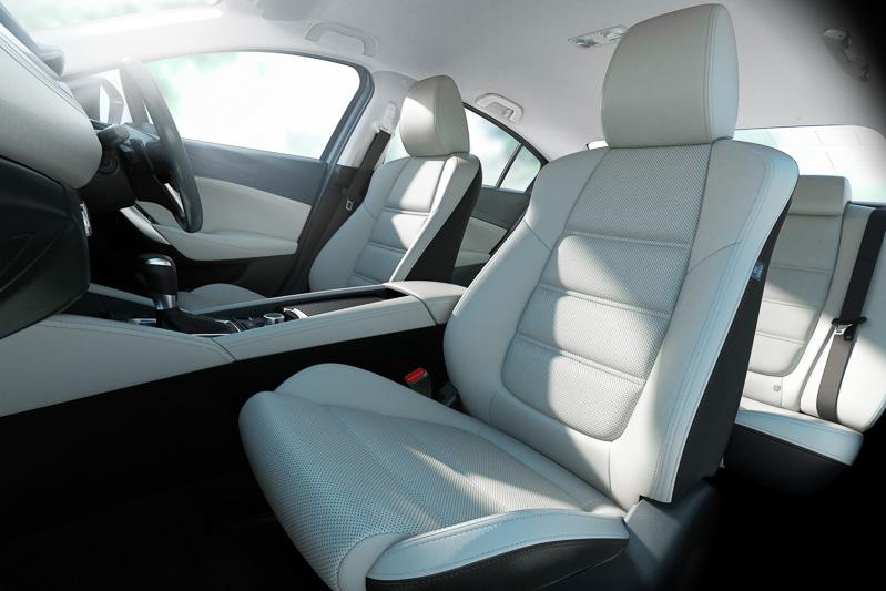 シート構造を変更してホールド性とフィット感を向上。後席シートヒーターはマツダ車初採用の装備