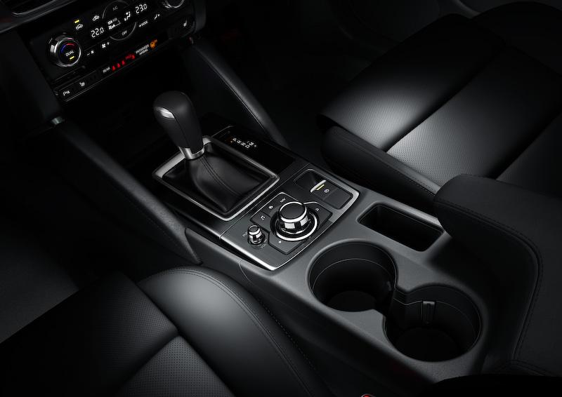 インテリアでは新たに電動パーキングブレーキ(EPB)やカーコネクティビティシステム「Mazda Connect」を採用。本革内装にはピュアホワイトカラーが追加され、シフトノブ前のオープンスペース、センターコンソールのカップホルダー&小物入れ、コンソールボックス、フロントドアポケットの収納スペースをそれぞれ拡大して利便性も高められている