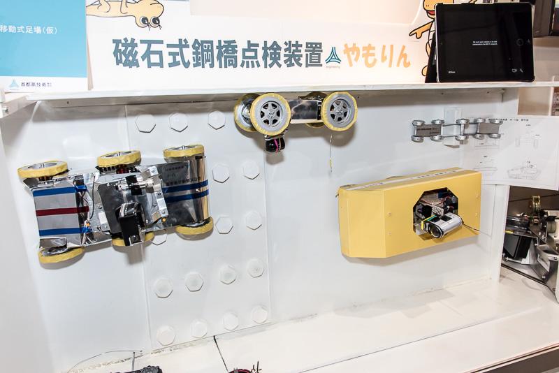 首都高速道路が開発したロボットカーの「やもりん」。タイヤに内蔵する磁石で橋脚に張り付き、状態をカメラで撮影できる