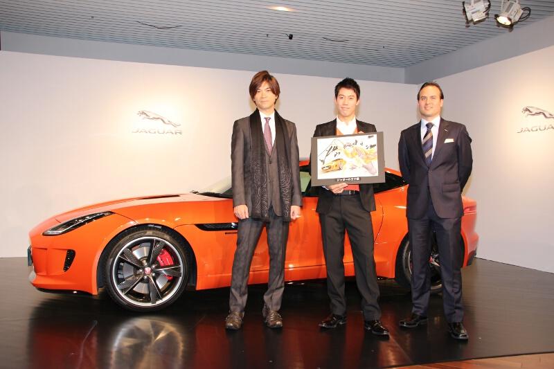 Fタイプ KEI NISHIKORI EDITONの前に立つ、プロテニスプレーヤーの錦織圭選手(中央)、漫画家の許斐剛さん(左)、ジャガー・ランドローバー・ジャパンのマグナス・ハンソン社長(右)