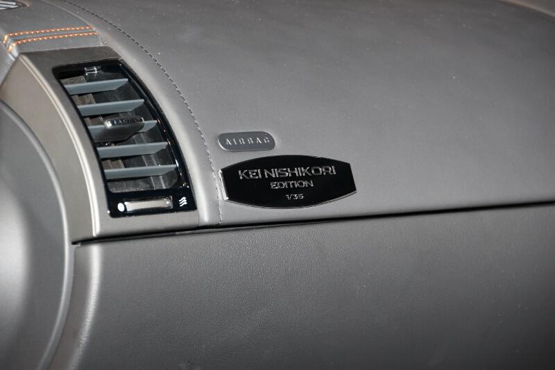 ダッシュボード左側にシリアルナンバー入りのシルバープレートを装着。展示車は「1/35」