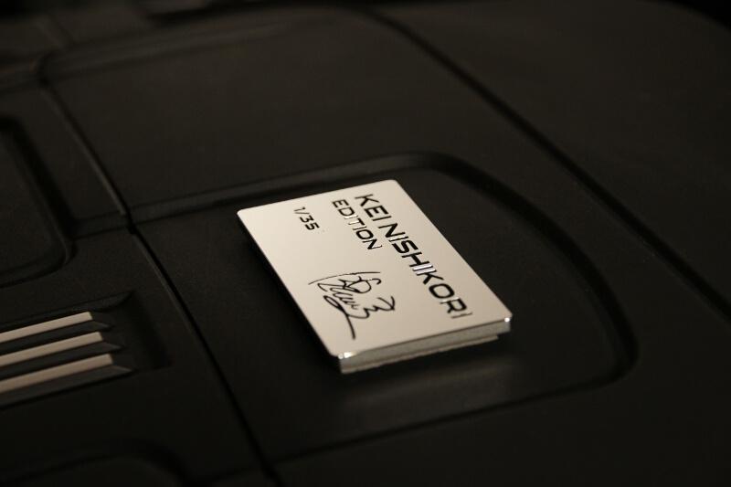 エンジンカバーに装着されるプレートには錦織選手のサインが刻まれ、シリアルナンバーも入る