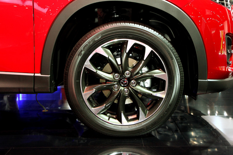 ホイールのデザインも変更している。SUVのCX-5にマッチする力強いツインスポークが特徴