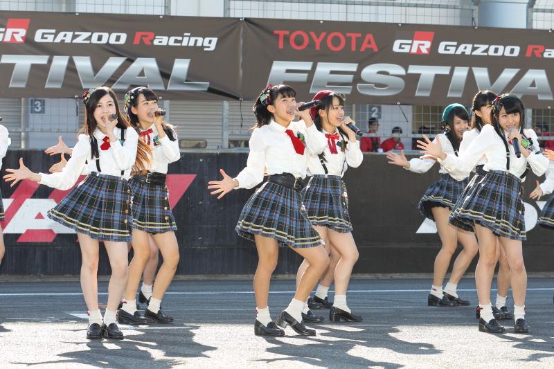メンバー1人1人が豊田社長とハイタッチで入場してきたAKB48 Team8も元気なパフォーマンスを披露した