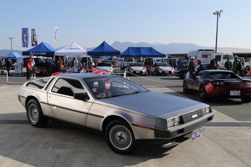 富士スピードウェイの敷地内を周遊するDMCデロリアンやレクサスLFA、ディノ246GTなど貴重なスーパーカーの同乗体験は6~18歳までの若者限定プログラムだった