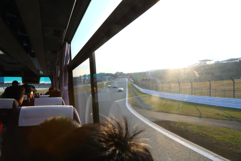 バスに合わせて並走してくれるマシンを眺めたり、猛烈な勢いでバスを抜き去るマシンのど迫力に驚いたり、レーシングドライバーのガイドを楽しんだりと、なかなか魅力的なプログラムだ