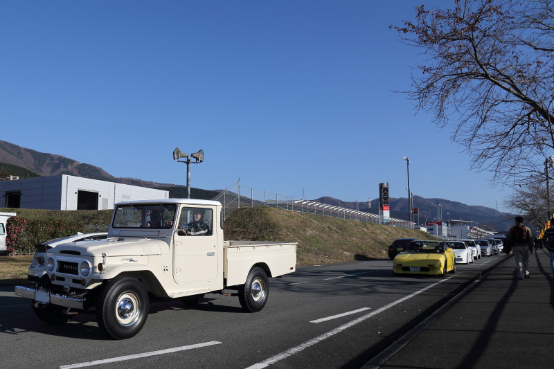 40系ランドクルーザーのピックアップトラックの後にはMR2(AW11)が続く