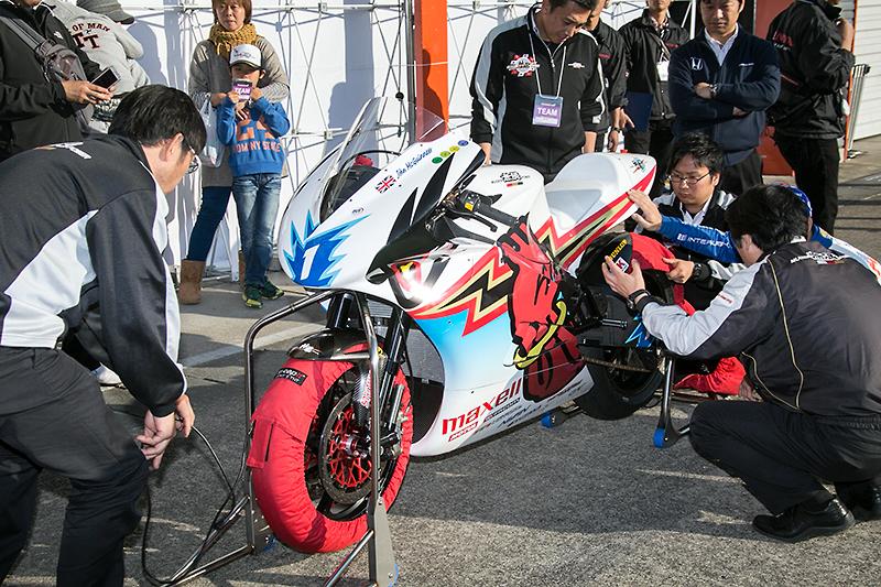 マン島TTレースに出場したチーム無限の電動バイク「神田 参」も走行
