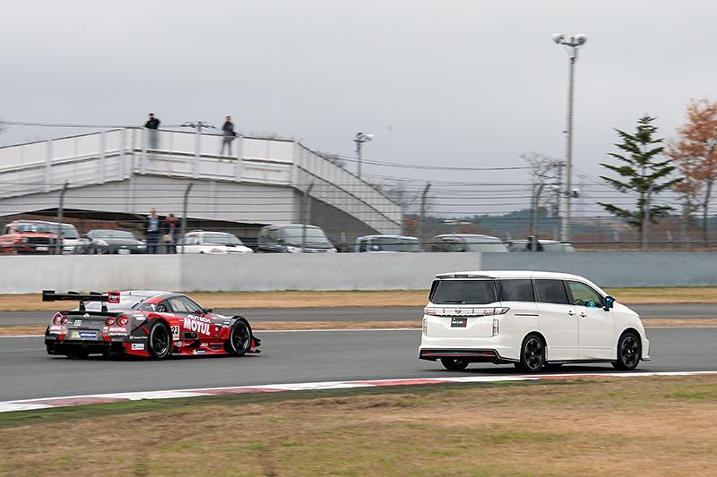 レーシングカーも同乗走行を実施。タクシーを抜いていく場面も