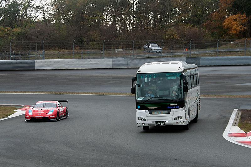 大型バスによるサーキットサファリ