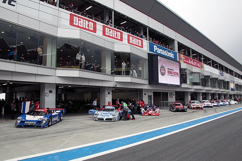 ピット前ではRoad to Le Mans 2015に向けマシンのメンテナンスが進む