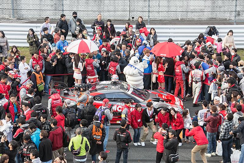 コース上での最後のイベントとなるNISMO GP 2014を前にグリッドウォークが実施された。チャンピオンカー23号車の前には多くのファンが集まっていた